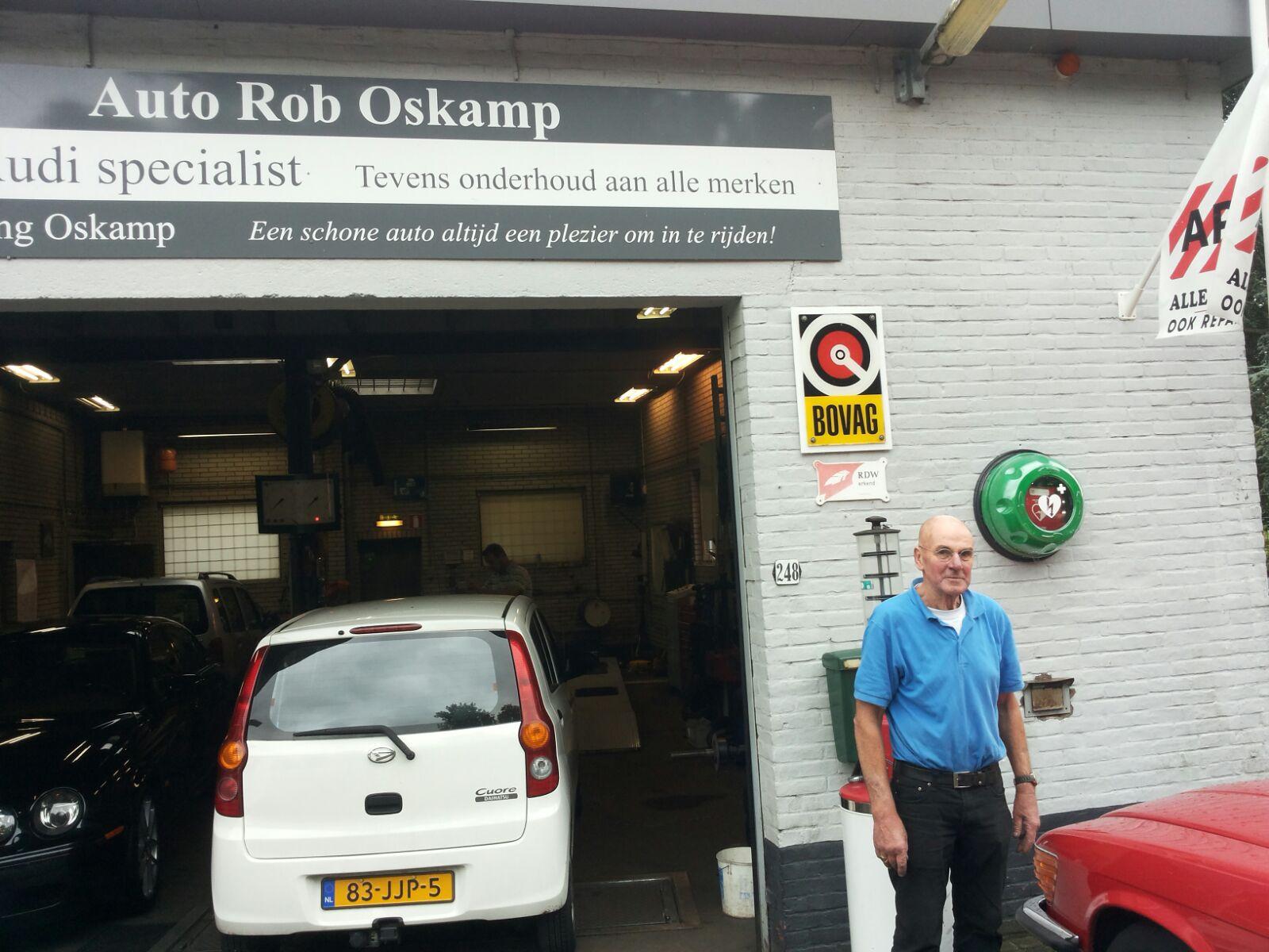 Garagebedrijf Rob Oskam, hangt AED buiten.