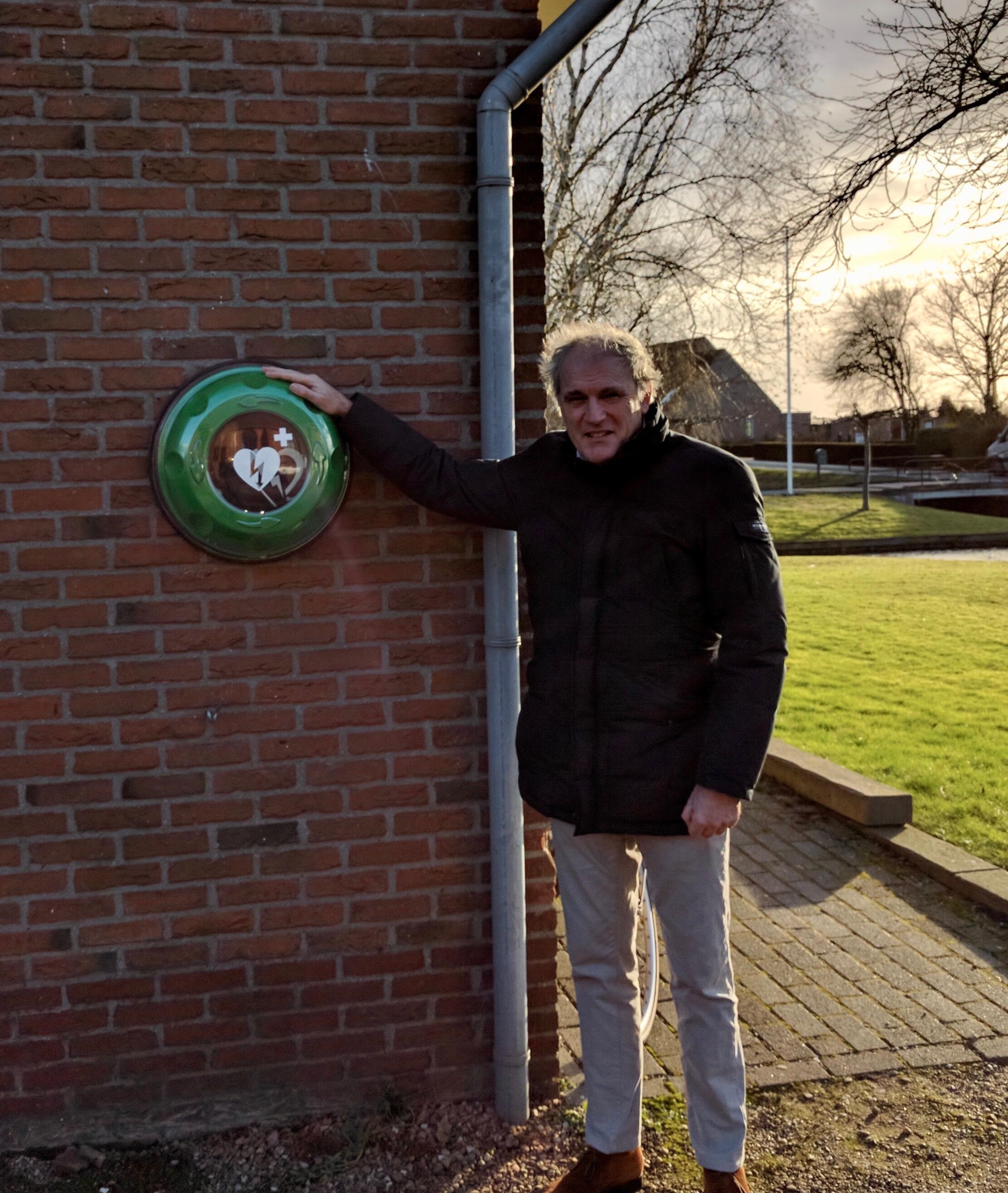 De AED van dr Dapper in Tienhoven is naar buiten!
