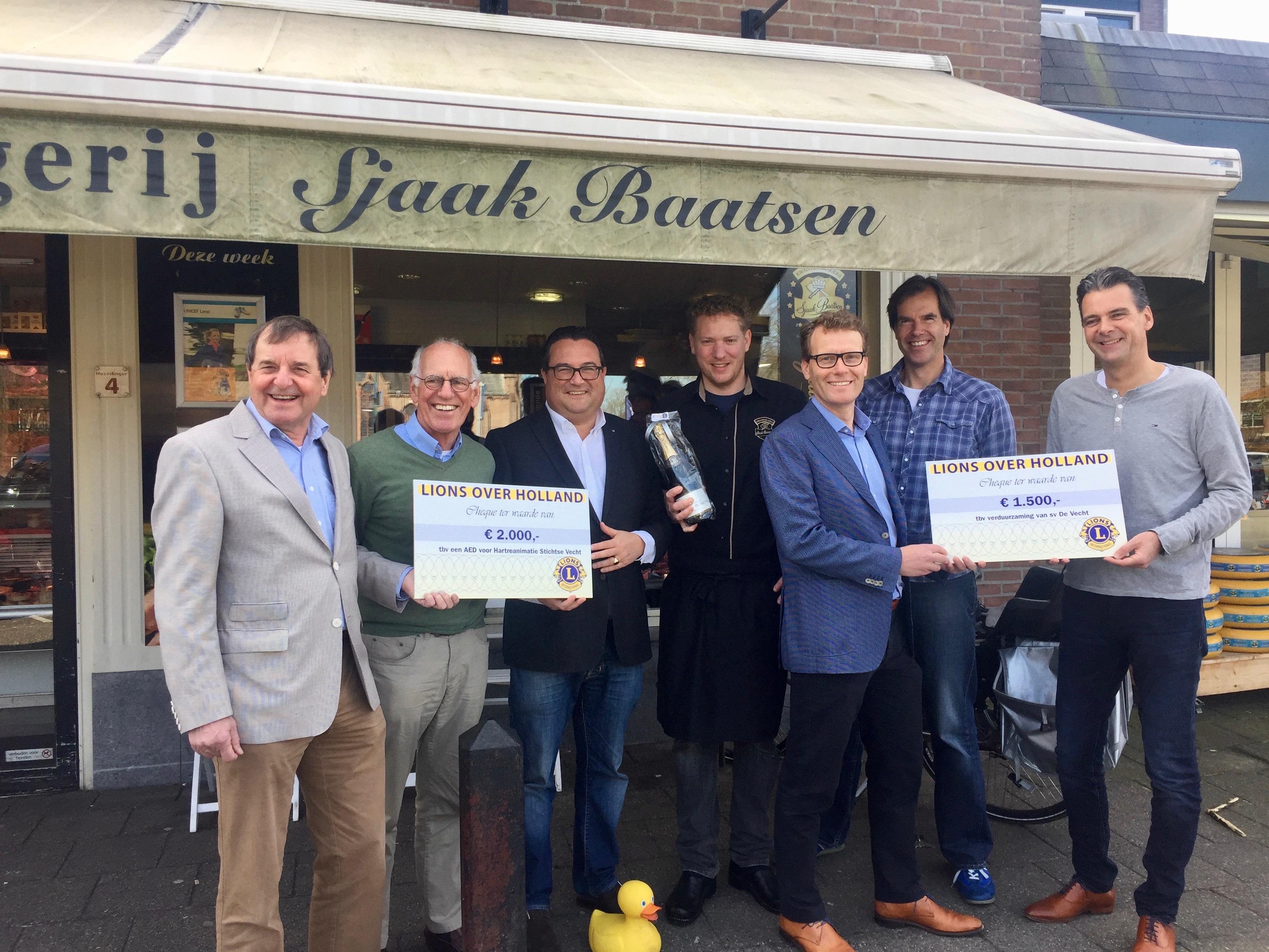 VARNWS Hartreanimatie en sv De Vecht ontvangen cheques van Lionsclub