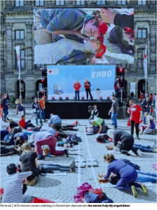 Rond de 1.400 mensen namen zaterdag in Amsterdam deel aan een les eerste hulp bij ongelukken.